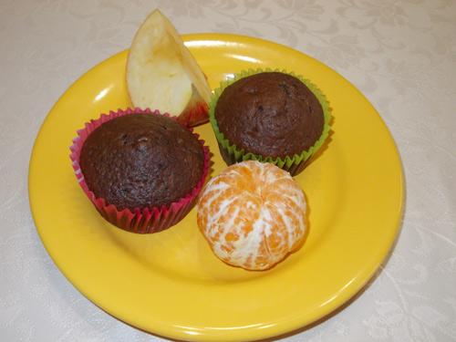 zdjęcie posiłku: dwie babeczki, owoce, herbata