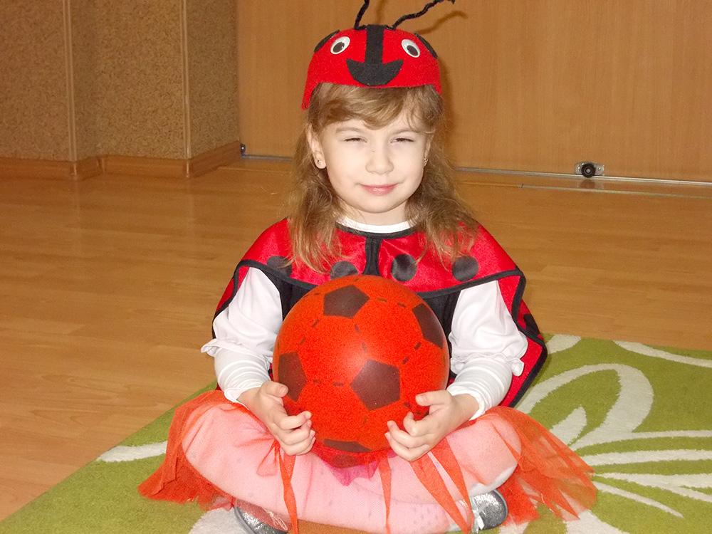 zdjęcie dziewczynki w przebraniu biedronki