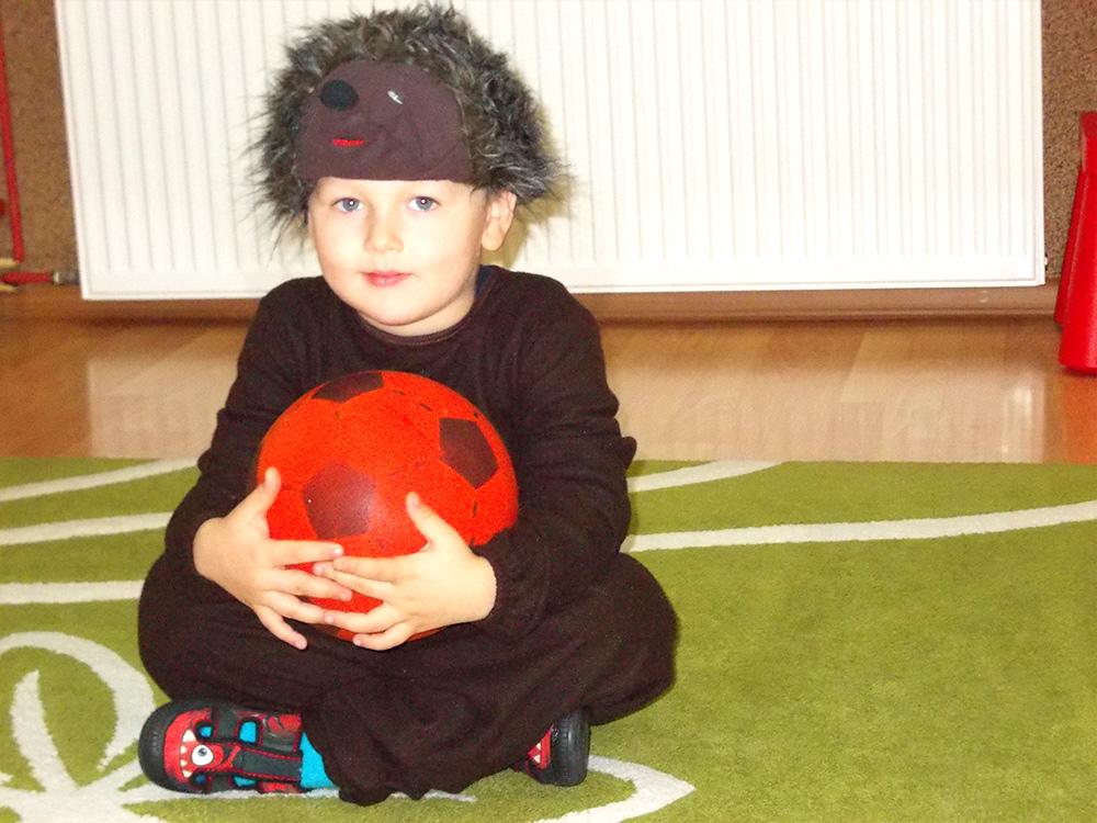zdjęcie chłopca w przebraniu jeżyka