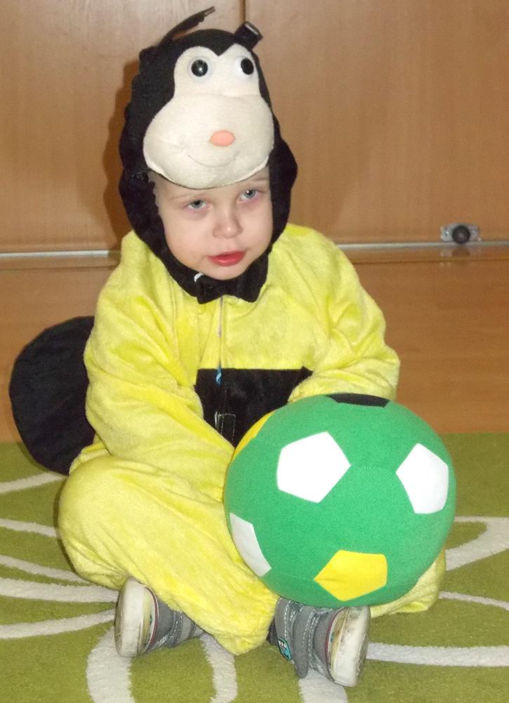 zdjęcie chłopca w przebraniu pszczółki