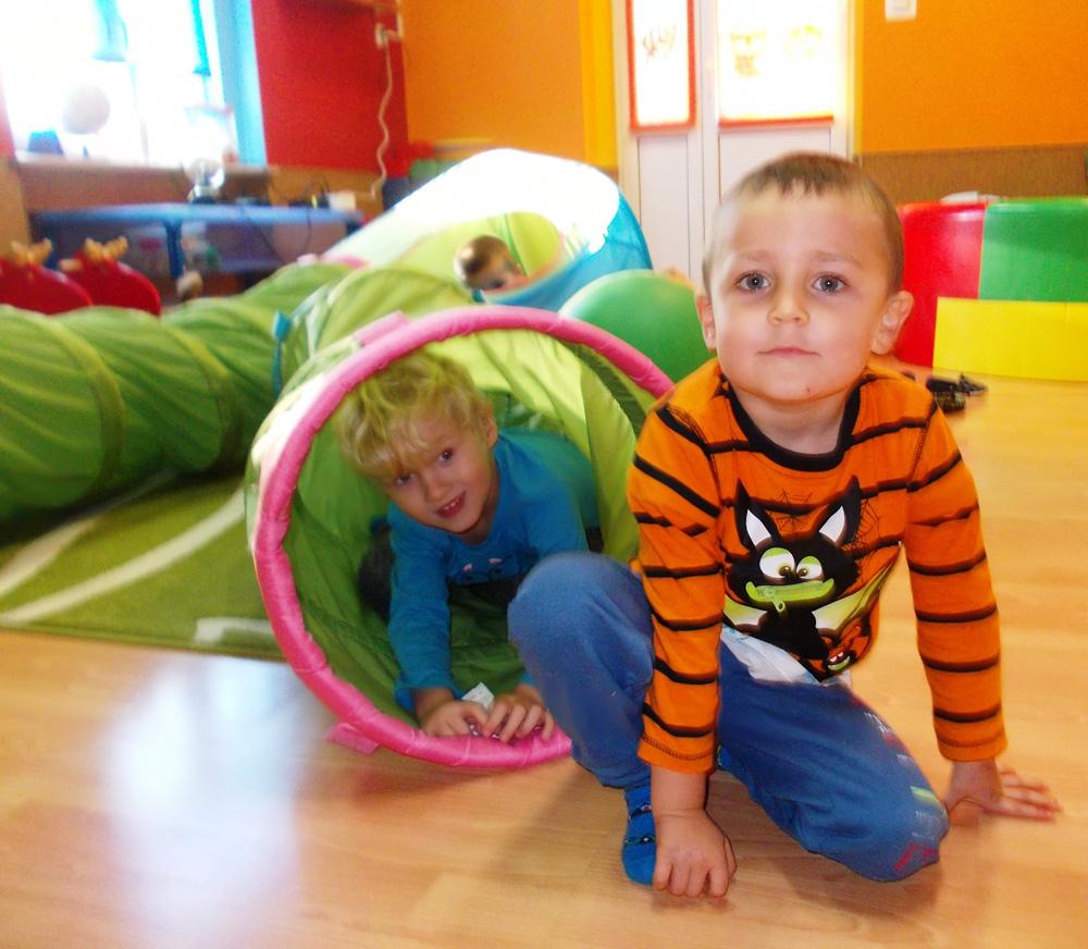 Zdjęcie dwóch chłopców podczas zabawy w saki doświadczania świata