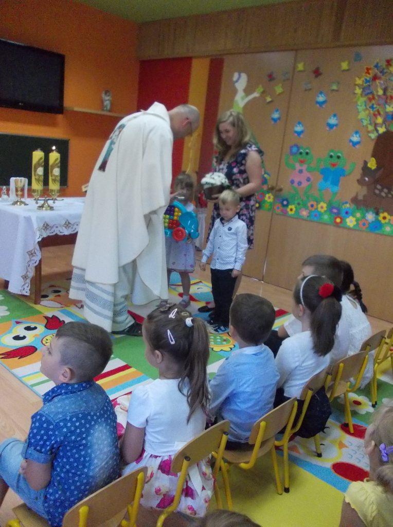 dzieci przynoszą dary na Mszy Św