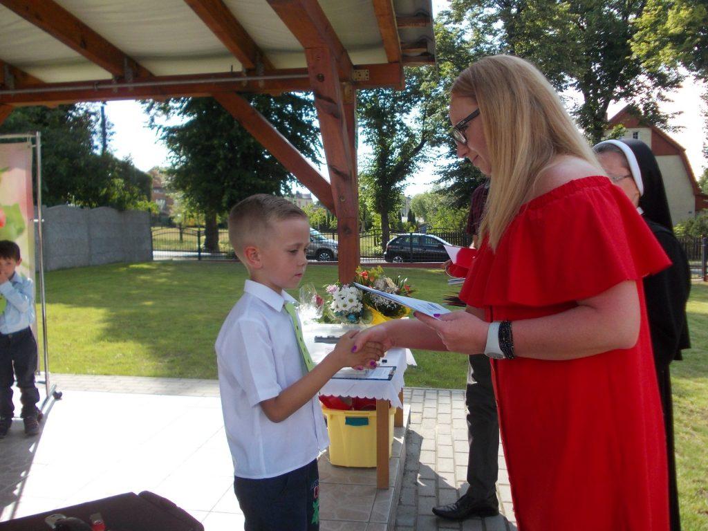 chłopiec odbiera dyplomy