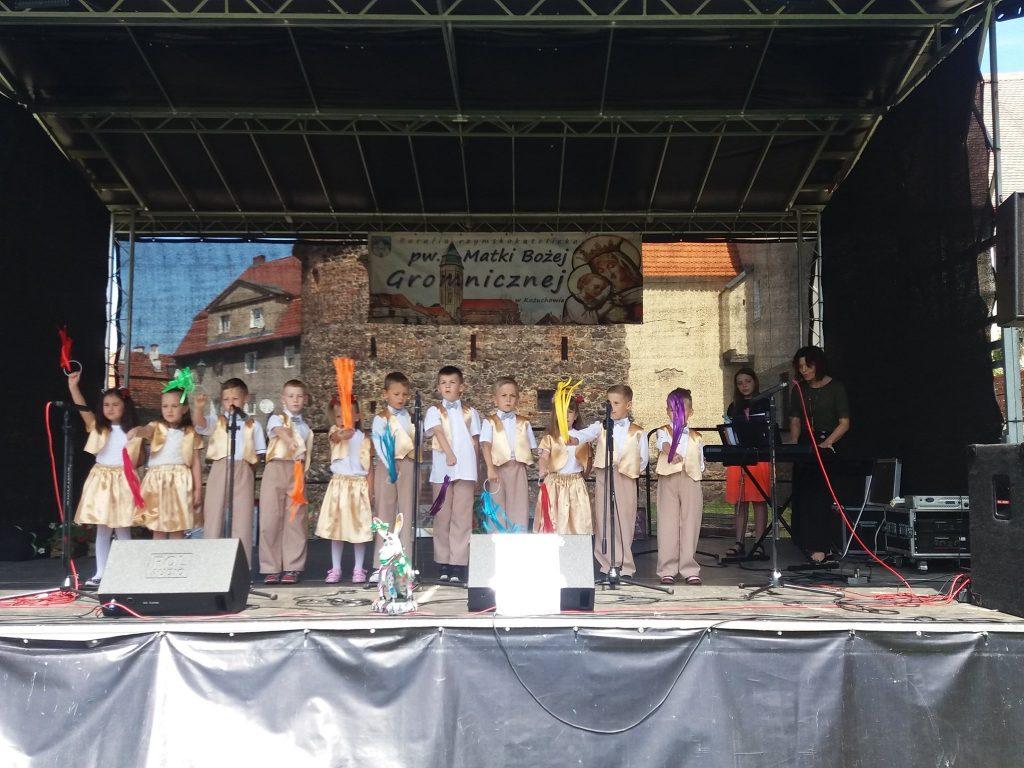 dzieci tańczą na scenie