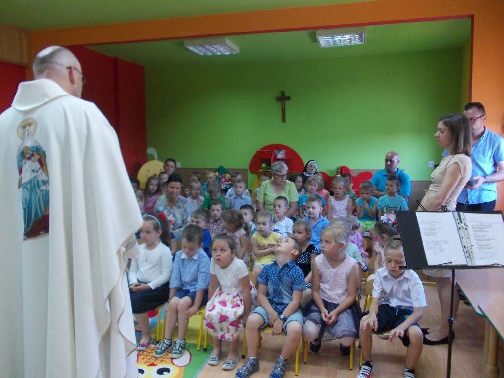 grupa dzieci podczas Mszy Św