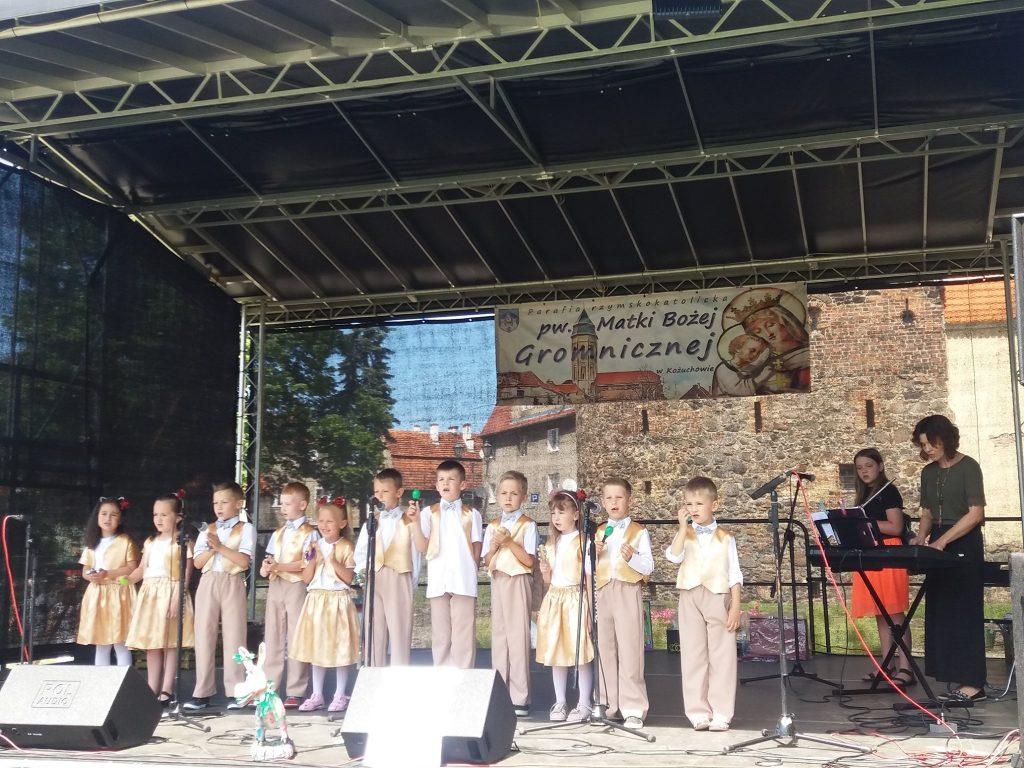 dzieci śpiewają na scenie