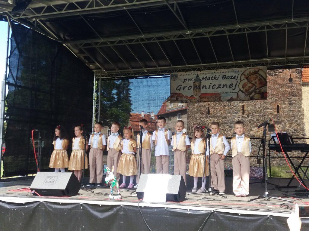występ dzieci na scenie