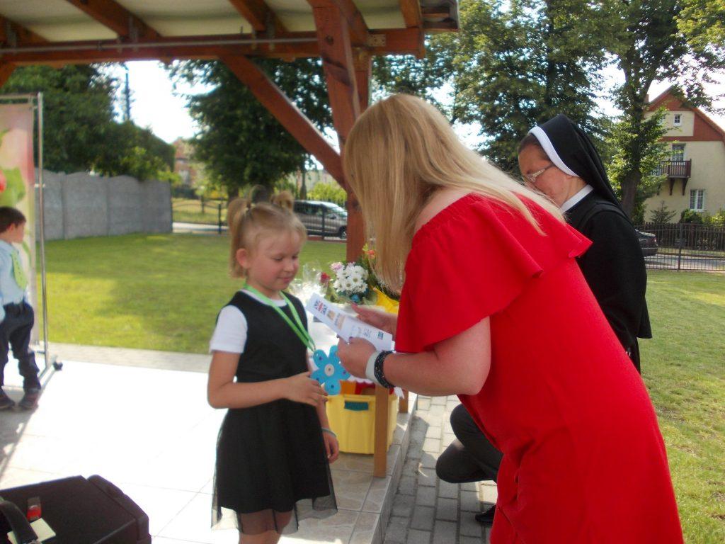 dziewczynka odbiera dyplom