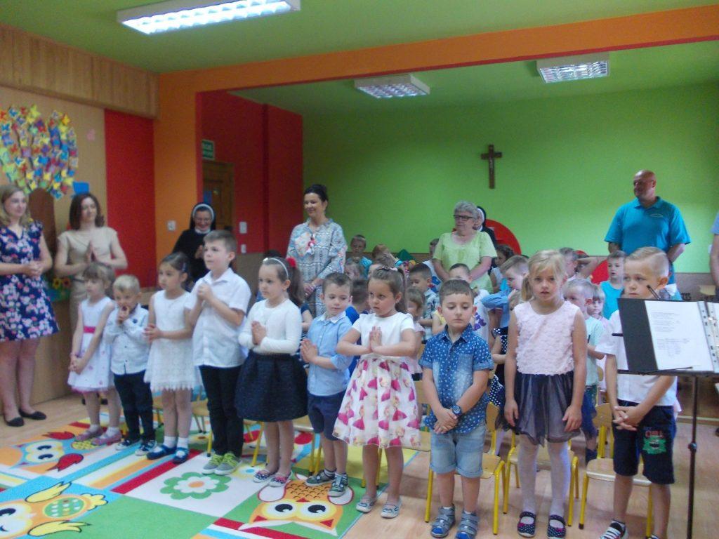 dzieci podczas Mszy świętej