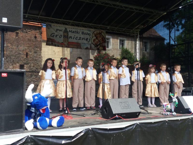 dzieci podczas występu