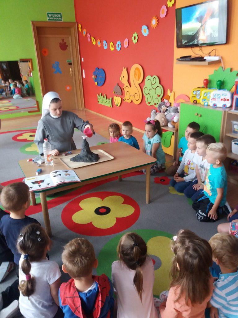 dzieci podczas eksperymentu wulkan