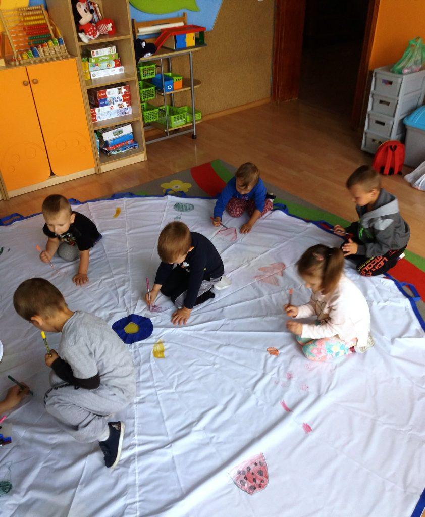 dzieci malują owoce