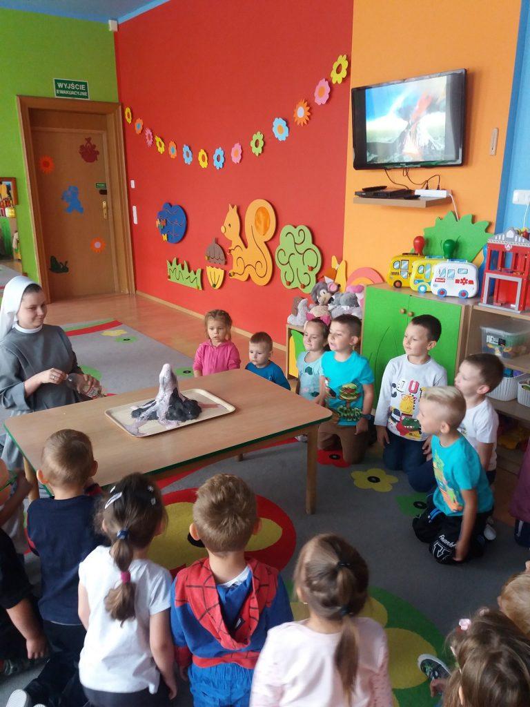 dzieci obserwują wybuch wulkanu