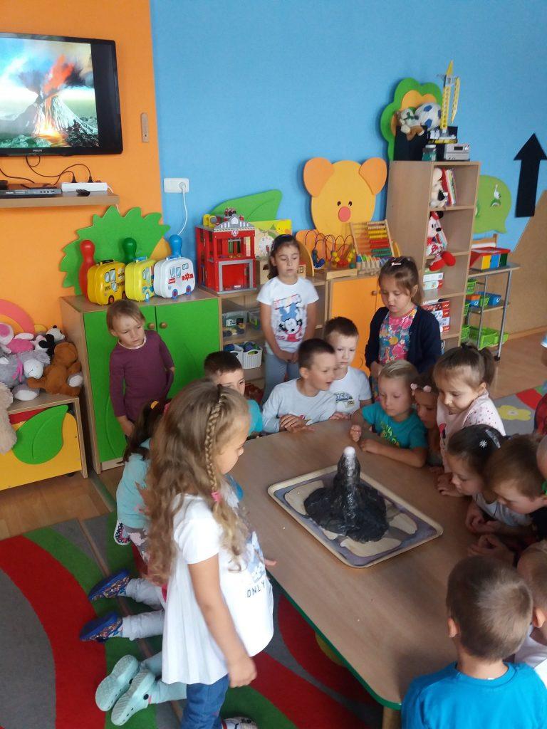dzieci wokół wulkanu