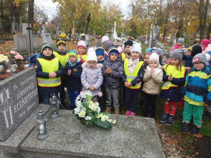 modlitwa dzieci na cmentarzu