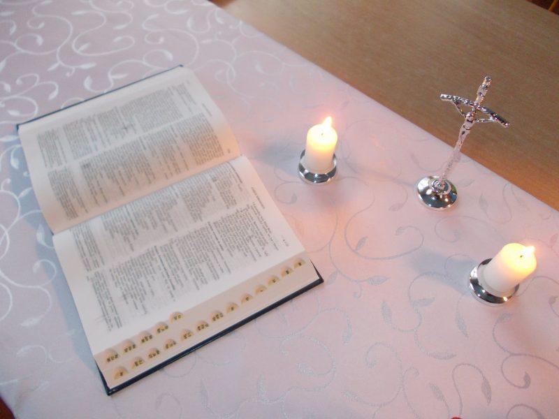 stół świeczki krzyż