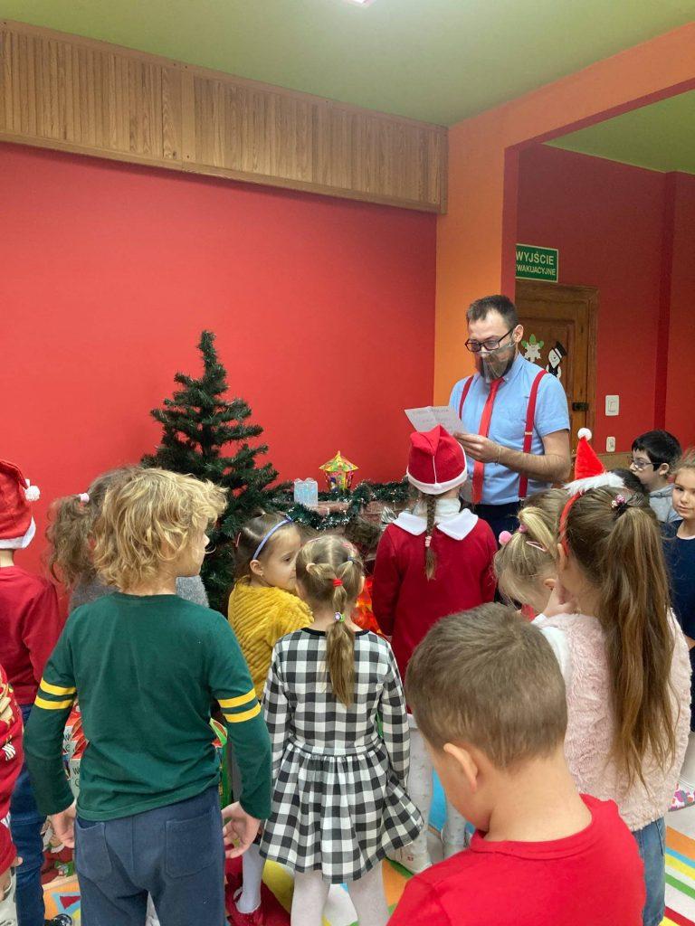 wychowawca czyta dzieciom list od świętego Mikołaja