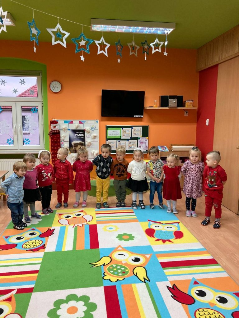 dzieci stoją, mówią wierszyk dla świętego Mikołaja