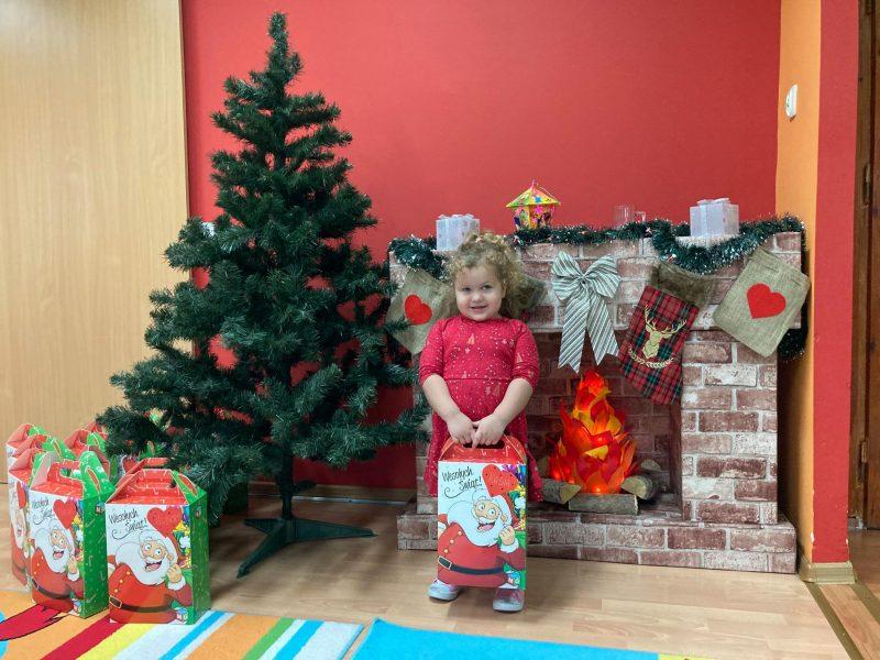 dziewczynka z prezentem od świętego Mikołaja