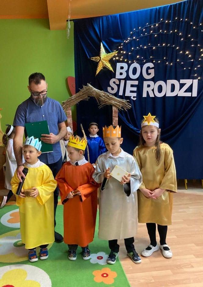 czworo dzieci jako królowie i gwiazdka, pan
