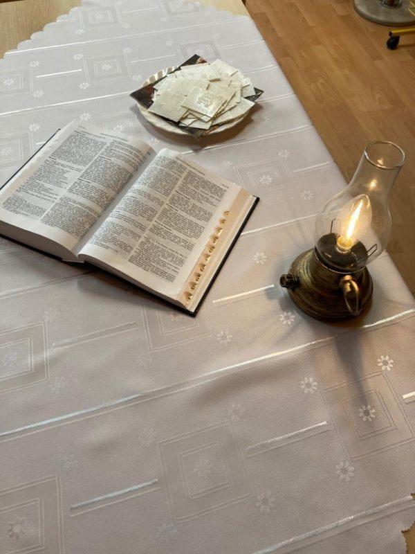 stół, biały obrus, Pismo Święte, świeca
