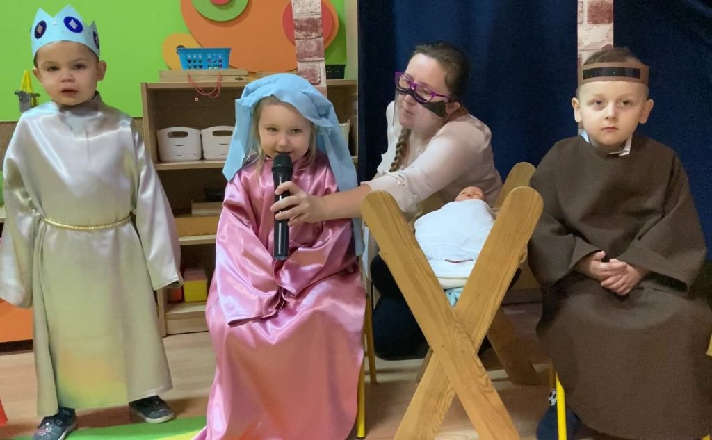 troje dzieci, pani, dziewczynka recytuje wierszyk