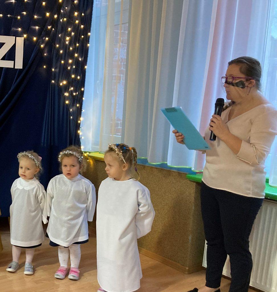 trzy dziewczynki przebrane za aniołki, pani wychowawczyni
