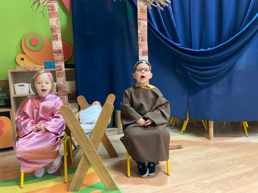 dwoje dzieci jako Maryja i Józef