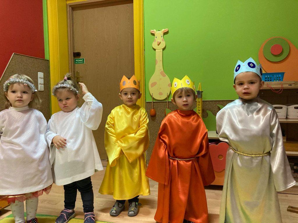 chłopcy jako królowie, dziewczynki aniołki