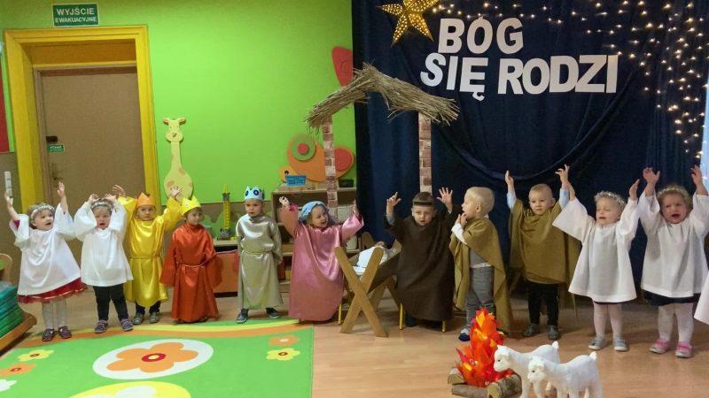 grupa małych dzieci, radość, śpiew kolędy
