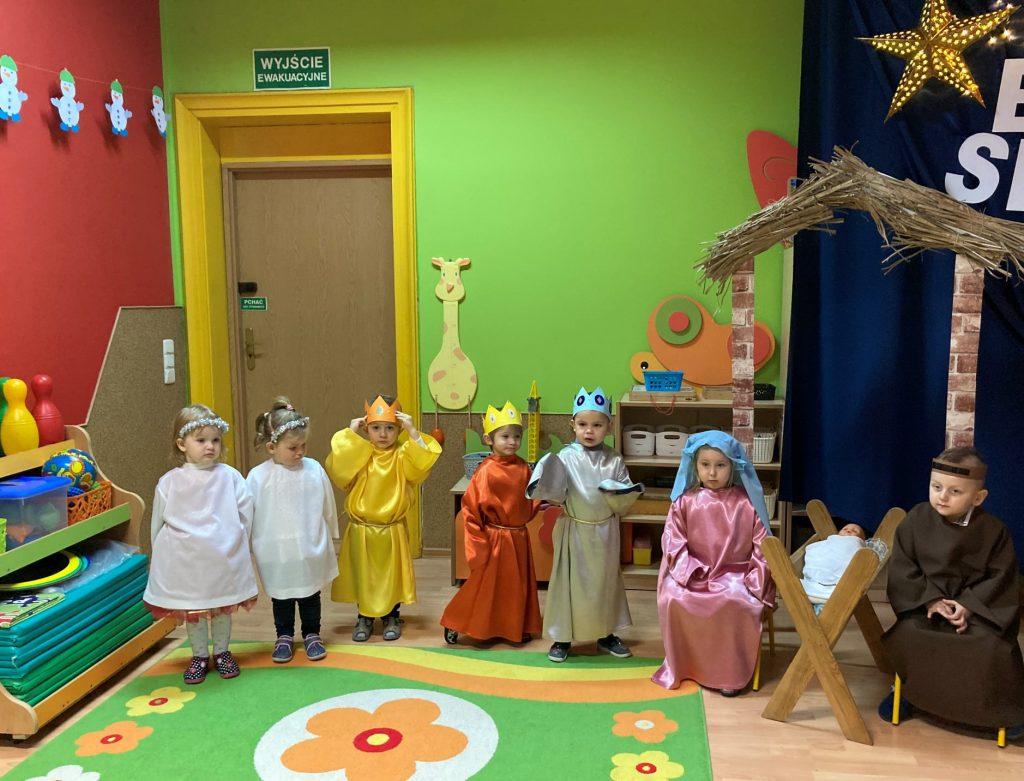 grupa dzieci w kolorowych strojach