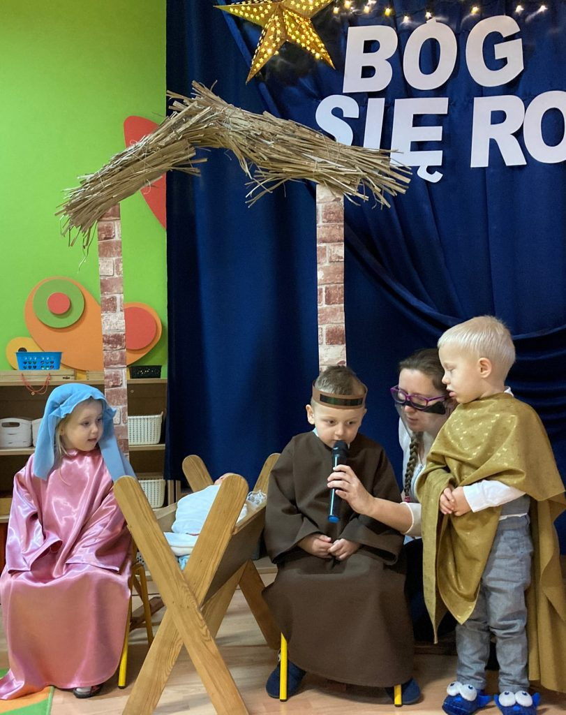 chłopiec jako święty Józef recytuje wierszyk